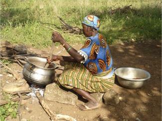 Femme cuisine béninoise - circuit au Bénin